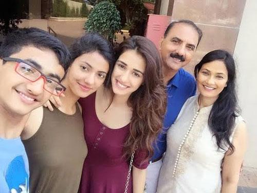 disha-patani-family-photo